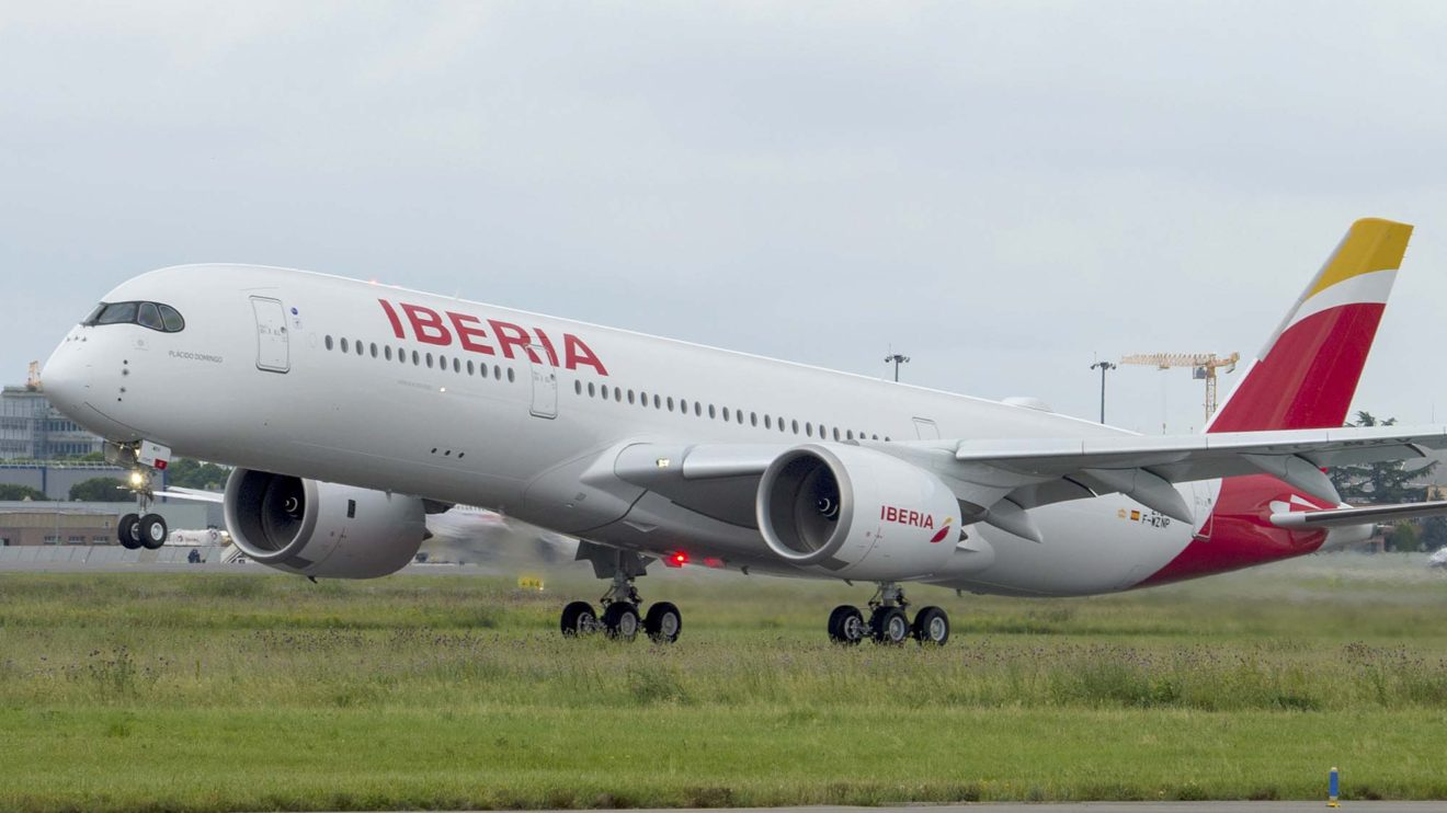 Este Airbus A350-900 de Iberia es el primero que se ha producido con unos winglets de mayor tamaño y una serie de mejoras aerodinámicas fruto del desarrollo del A350-1000.