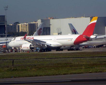El segundo A350 de Iberia en la linea de vuelo de Airbus en Tpoulouse a la espera de su primer vuelo.