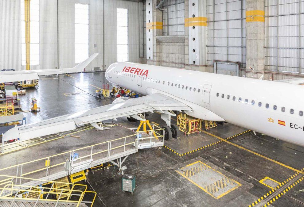 Airbus A321 de Iberia durante una revisión en el hangar número 6 de Iberia en el aeropuerto de Madrid Barajas.