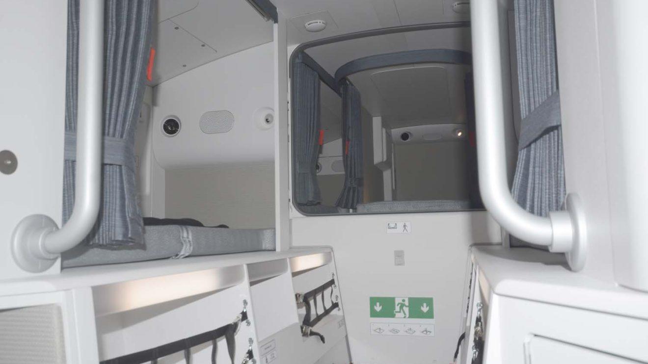 La zona de descanso de la tripulación de cabina está situada en la parte superior de la zona trasera de la cabina de pasaje e incluye seis camas.
