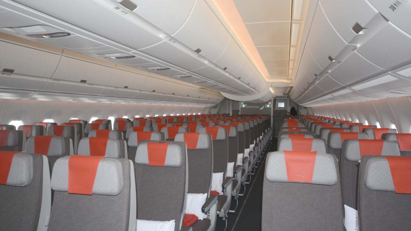 Iberia ha elegido una configuración con filas de nueve asientos de 18 pulgadas de ancho para la clase turista.