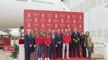 Luis Gallego y Alejandro Blanco con Teresa Portela (piragüismo), Fátima Gálvez (tiro), María López (hockey), Jesús Tortosa (taekwondo) y Niko Sherazadishvili (judo), y los tripulantes de A350 que estuvieron presentes.