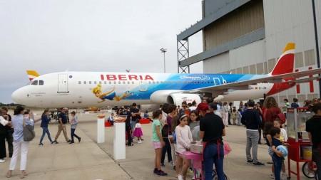 Un centenar de niños han asistido a la fiesta de Iberia y Disney en La Muñoza.