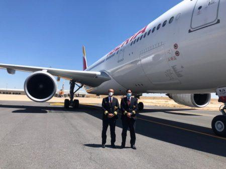 Los dos pilotos encargados de llevar al primer A330 de Iberia a Ciudad Real posan junto al mismo en el aeropuerto manchego.