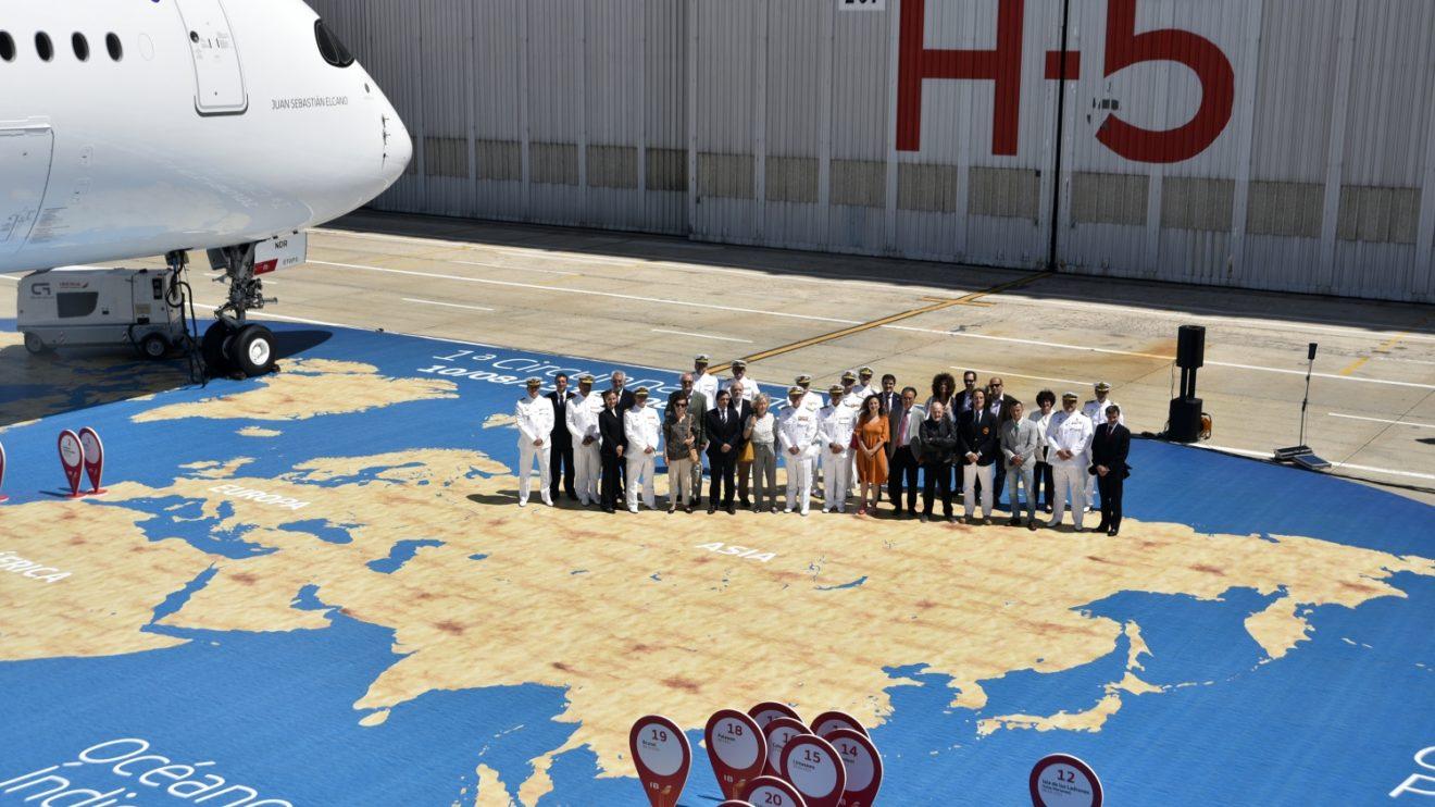 Iberia decoró la plataforma con una representación de la Tierra y el viaje de Elcano. En la foto representantes de Iberia, la Armada y de la familia Echevarrieta.