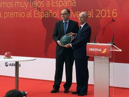 Ignacio Buqueras entrega el premio Español Universal a Luis Gallego.