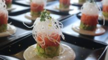 Tartar de salmón y aguacate, parte de la nueva oferta de comidas a bordo de Iberia Express.