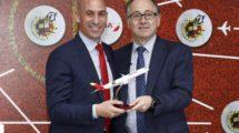 Luis Rubiales y Luis Gallego, presidentes de la RFEF e Iberia tras la firma del acuerdo entre ambas.
