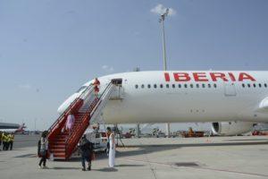 Pasaje desembarcando de un A350 de Iberia en Barajas atendido por personal de tierra de Iberia.
