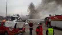 Un momento del incendio del Airbus A340 EC¨GJT durante su desguace en Madrid.