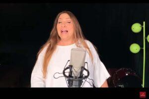 La cantaora Montse Cortés interpretando Rumbeando, la nueva canción del verano de Iberia.