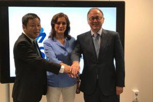 De izquierda a derecha, Shen Wei, vicepresidente de Spring Airlines; Isabel Maestre, directora de AESA; y Luis Gallego, presidente de Iberia tras la firma del acuerdo entre las dos aerolíneas.
