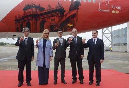 Masashi Mizukami, embajador de Japón; Cristina Cifuentes, presidenta de la Comunidad de Madrid; Javier Fernández, campeón del mundo de patinaje sobre hielo; Luis Gallego, presidente de Iberia; y José Manuel Vargas, presidente de Aena, brindan por el éxito de los vuelos de Iberia a Japón.
