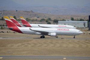 Aviones de Iberia estacionados esperando mejores tiempos en el aeropuerto de Madrid Barajas.