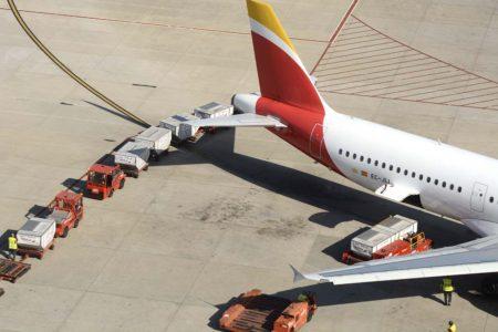 Iberia acusa a los sindicatos que negocian el nuevo convenioo colectivo de su personal de tierra de buscar acuerdos aeropuerto por aeropuerto.