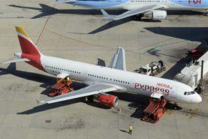 Servico de un Airbus A321 de Iberia Express en el aeropuerto de Palma de Mallorca por Iberia Airport Services.