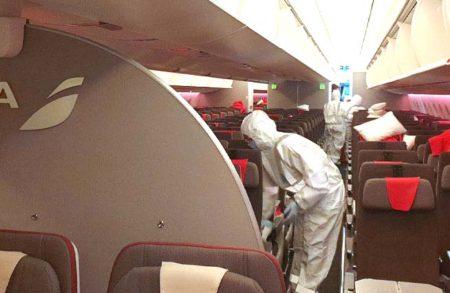 Limpieza y desinfección de un avión de Iberia.