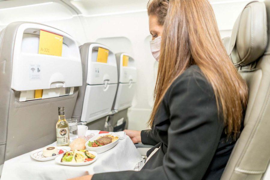 Iberia recupera, junto a sus vuelos, el servicio a bordo, pero garantizando la seguridad de pasajeros y tripulación.