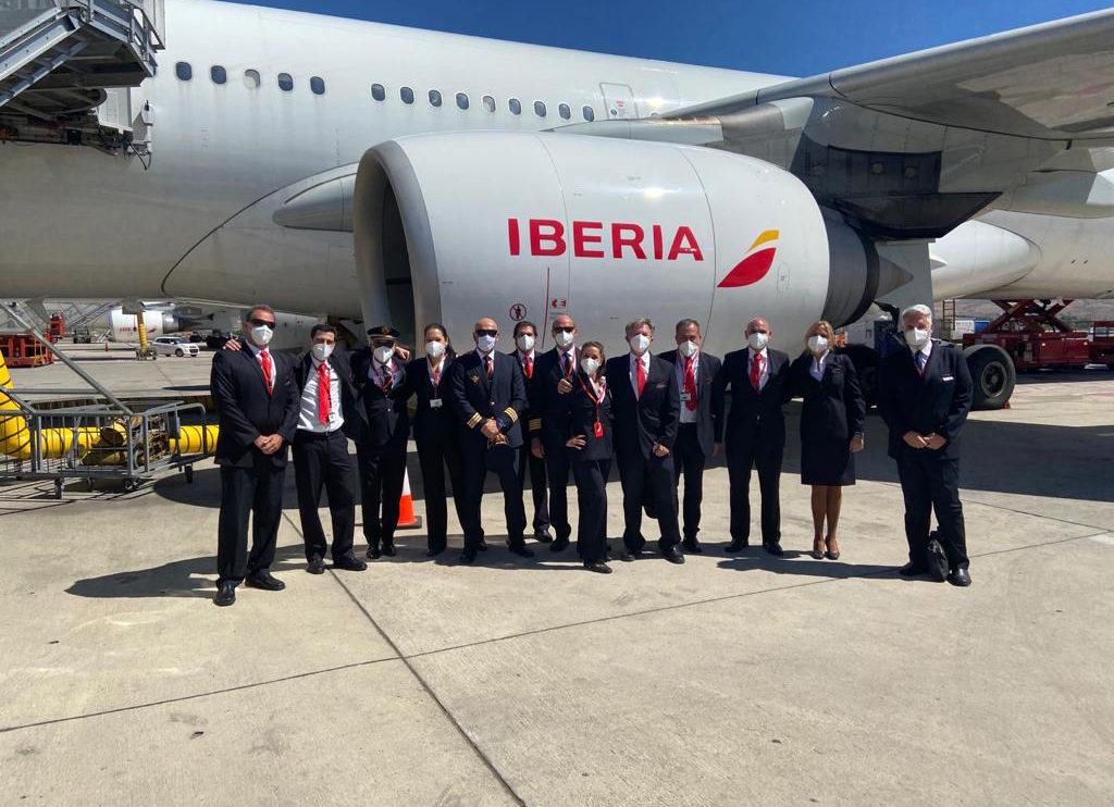 Tripulación del último vuelo comercial de un A340 de Iberia en Barajas tras el mismo.