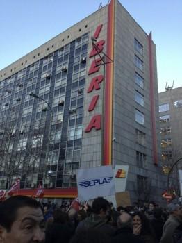 manifestación frente a la sede de Iberia