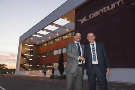 Igor Amantegui y Javier Chamorro, fundadores de Centum, delante de la sede de la empresa en Getafe