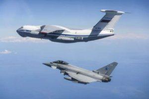 Il-76 de la Fuerza Aérea rusa interceptado por aviones Eurofighter Typhoon de la RAF.