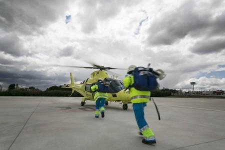 Un equipo sanitario se dirige a abordar un helicóptero de Inaer.
