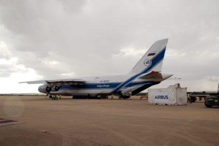 El An-124 liisto para cargar el contenedor en el queviaja Ingeniio.