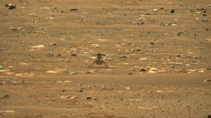 El helicóptero Ingenuity sobre la superficie marciana.