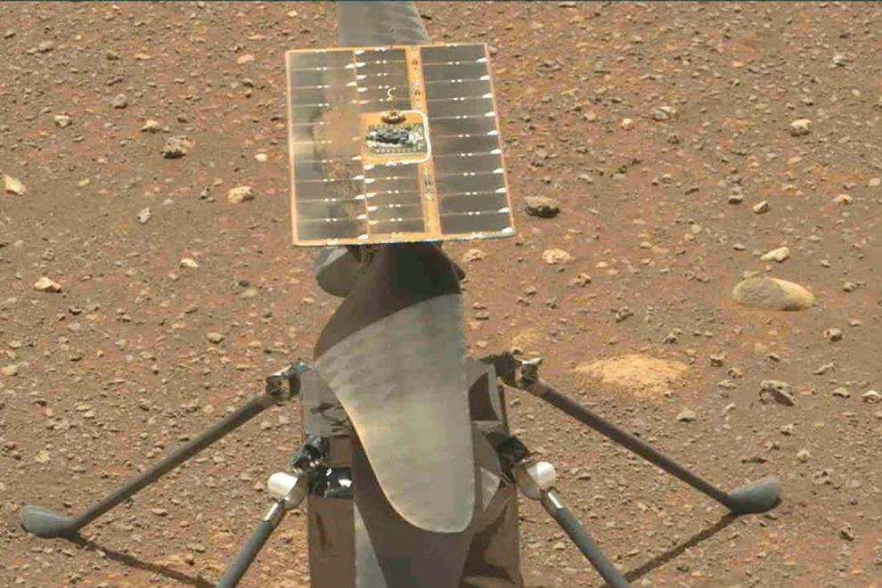 Foto del Ingenuity tomada por el rover Perseverance tras depositarlo sobre el terreno marciano.