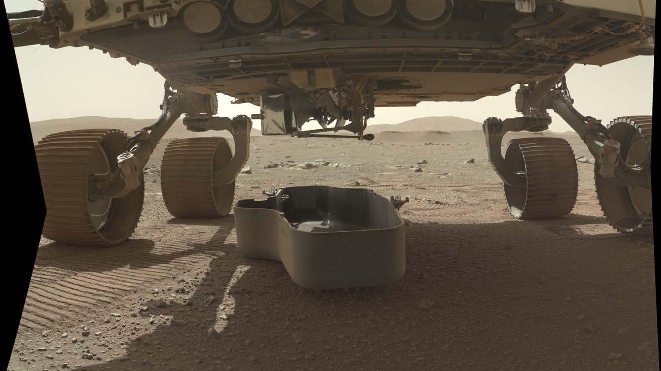 La operación de depositar el Ingenuity en el suelo marciano comenzó con soltar el escudo que lo protegía.