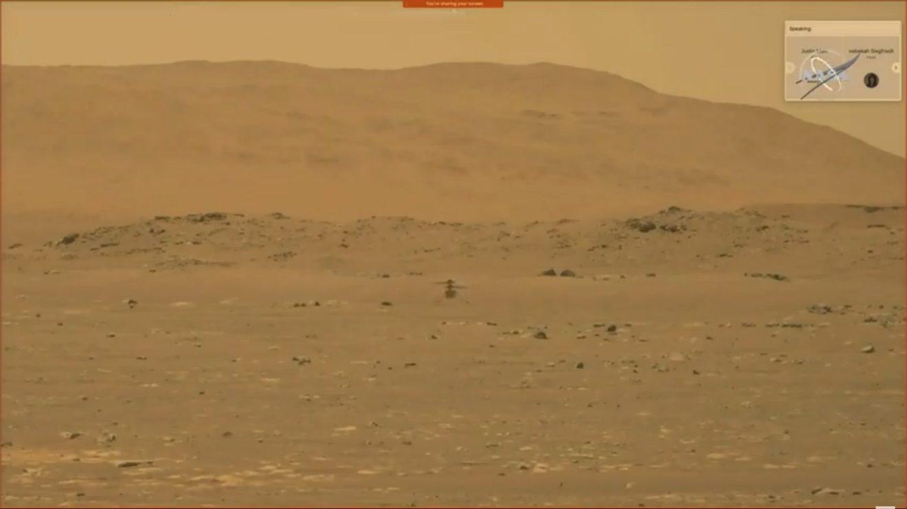 Al centrol el Ingenuity en vuelo estacionario sobre Marte.