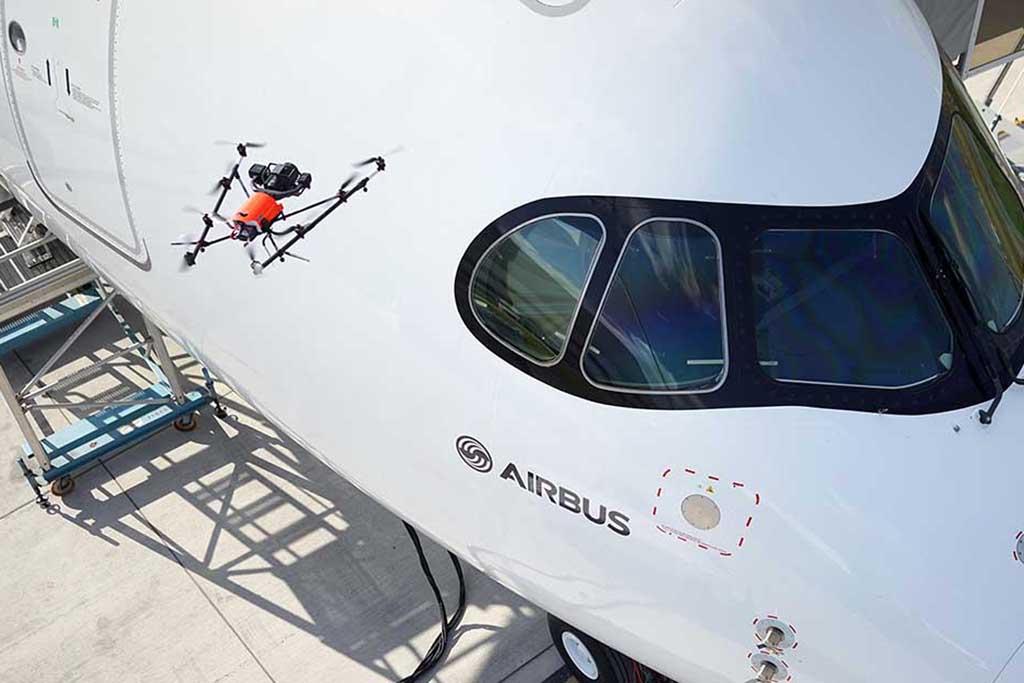 Demostración en Farnborough del uso de un dron para revisar el exterior del fuselaje en busca de arañazos o cualquier otro defecto.