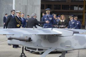 SM el Rey recibiendo información sobre los UAV del INTA.