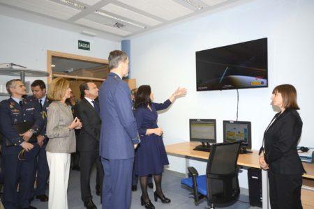 En la visita al centro de control del satélite Paz, el Rey ha podido ver también las primeras imágenes captadas por el radar del satélite español Paz.