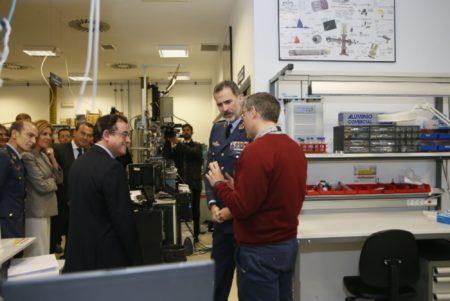 SM el Rey se ha realizado numerosas preguntas al personal de INTA durante su visita a las instalaciones.
