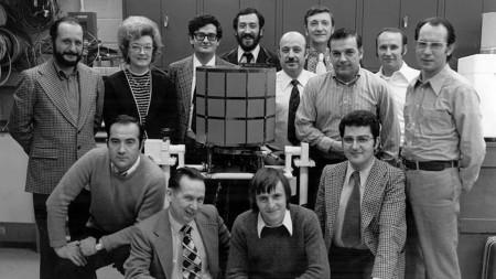 El equipo que desarrolló y construyó el Intasat junto al mismo.