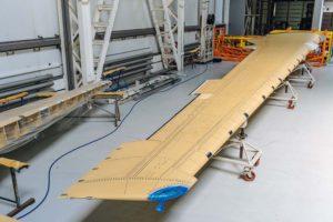 El ala para el Irkut MC-21 fabricada enteramente con materiales compuestos desarrollados y producidos en Rusia.