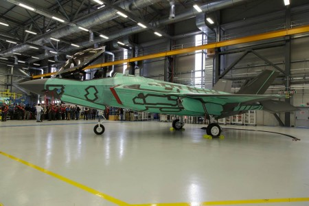 El primer F-35A fabricado en Italia una vez completados los trabajos de montaje en Cameri.