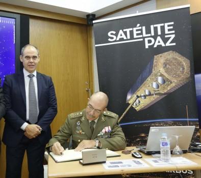 El general Alejandre firma en el libro de honor del satélite Paz durante su visita, junto a José Guillamón, de Airbus Defence and Space.