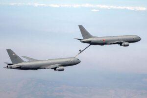 El primer Boeing KC-46A para Japón repostando a un KC-46A de la USAF.