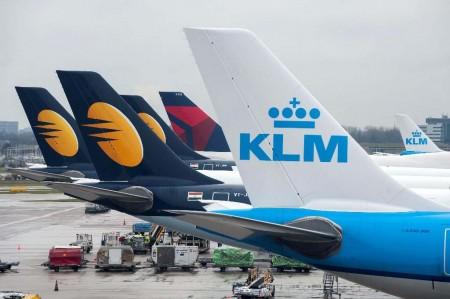 Los tres Airbus A330 de Jet Airways que cubren las rutas a Delhi, Bombay y Toronto, estacionados en el aeropuerto de Amsterdam.
