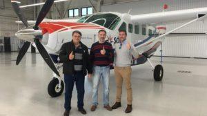 Directivos de JetCo Express frente a un Caravan, similar al que usará la nueva aerolínea, en la factoría de Cessna.