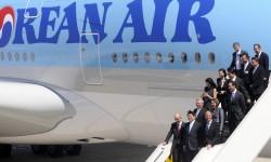 Los directivos de Airbus y Korean Air descienden del Airbus A380 tras su visita al avión.