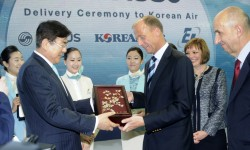 Tras la firma protocolaria, los directivos de Korean Air, Airbus, EADS y Engine Alliance intercambiaron regalos.