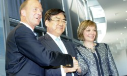 Los tres presidentes, Tom Enders, Airbus; Yang Ho Cho, Korean Air; y Mary Ellen Jones, Engine Alliance tras formar la entrega del primer A380 de Korean Air.