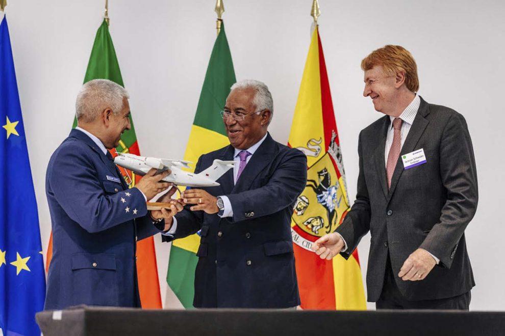 De izquierda a derecha, el general Joaquim Borrego, jefe de la Fuerza Aérea de Portugal; António Costa, primer ministro de Portugal; y Jackson Schneider, presidente de Embraer Defense and Security, tras la firma en la ciudad de Évora del contrato del KC-390.