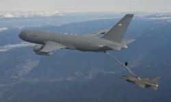 Repostaje en vuelo de un F-16 desde el KC-46A.