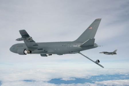 El segundo de los KC-46A con su pértiga de repostaje desplegada.