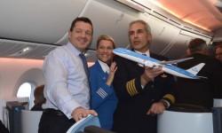 Pieter Elbers, presidnete de KLM con Bouke Rypma, piloto del vuelo de entrega del Boeing 787 desde Seattle y la sobrecargo del vuelo.